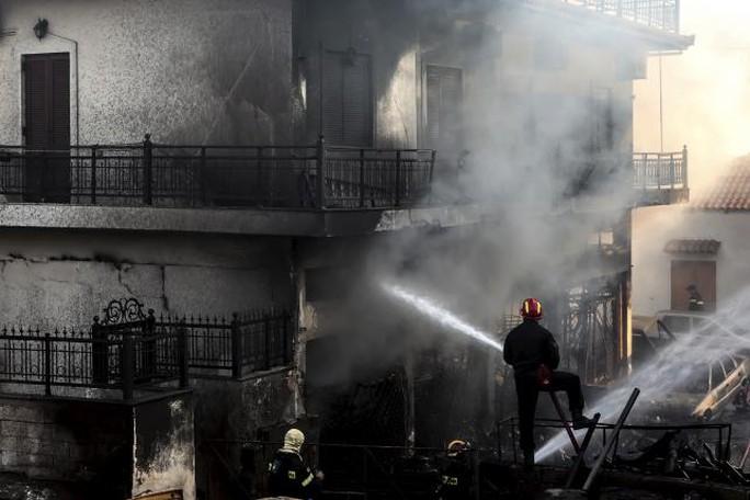Tổng cộng 52 vụ cháy được ghi nhận từ đảo Evia, Đông Bắc Athens cho tới phía Nam bán đảo Peloponnese. Ảnh: Reuters