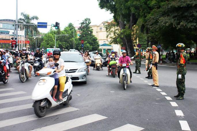 Lúc này lực lượng CSGT và quân đội vẫn đang phân làn đường hướng từ đường Quán Thánh sang đường Thanh Niên cho phương tiện người dân di chuyển