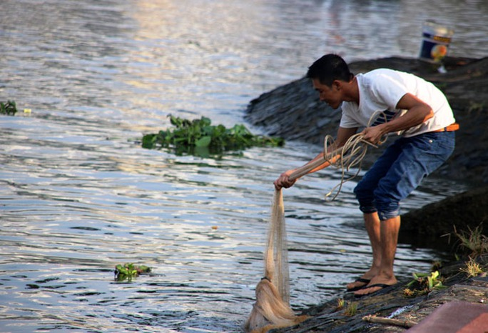 Nhiều người mang lưới để bắt cá bán lại cho những người đến sau
