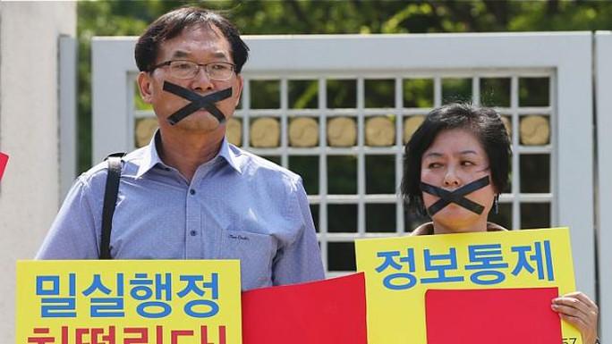 Người biểu tình ở Seoul phản đối cách xử lý dịch MERS của chính phủ. Ảnh: EPA