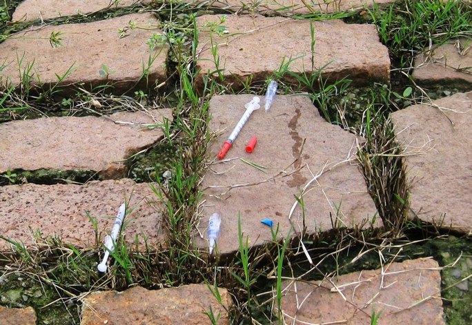 Kim tiêm vứt đầy rẫy tại khu vực ngã tư An Sương (quận 12) Ảnh: GIA MINH