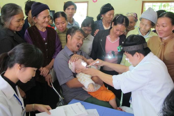 Khám bệnh cho người dân tại Trạm Y tế xã Cao Kỳ, huyện Chợ Mới, tỉnh Bắc Kạn Ảnh: NGỌC DUNG