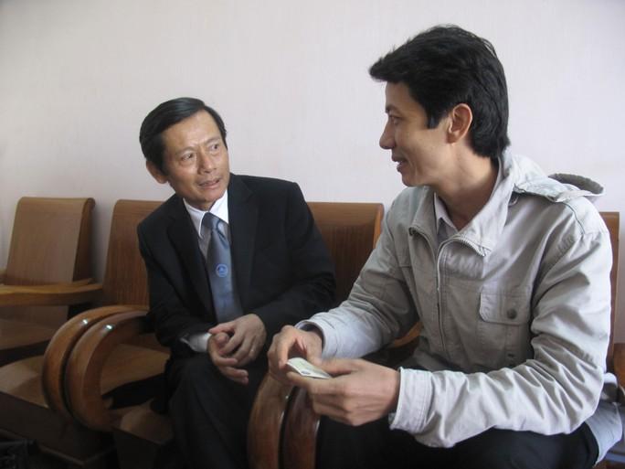 Luật sư Phan Trung Hoài (trái) chia sẻ những khó khăn mà luật sư Võ An Đôn đang đối mặt