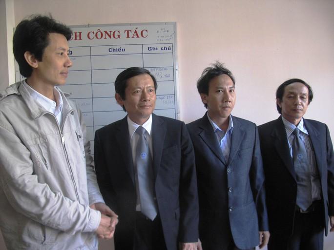 Luật sư Võ An Đôn (bìa trái) và đoàn công tác của Liên đoàn Luật sư Việt Nam trong buổi làm việc tại tỉnh Phú Yên
