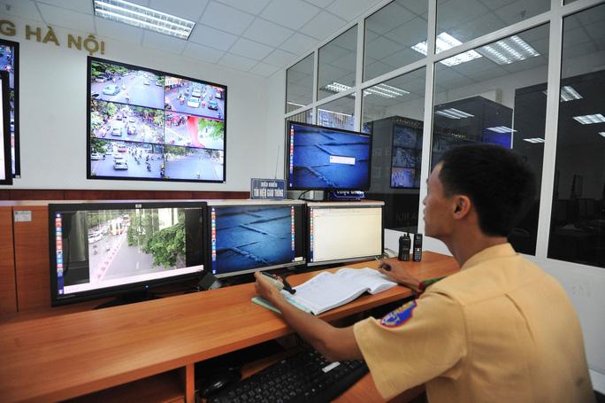 """Lực lượng CSGT Hà Nội triển khai các camera theo dõi những vi phạm về an toàn giao thông để phạt """"nguội"""" Ảnh: NGUYỄN QUYẾT"""
