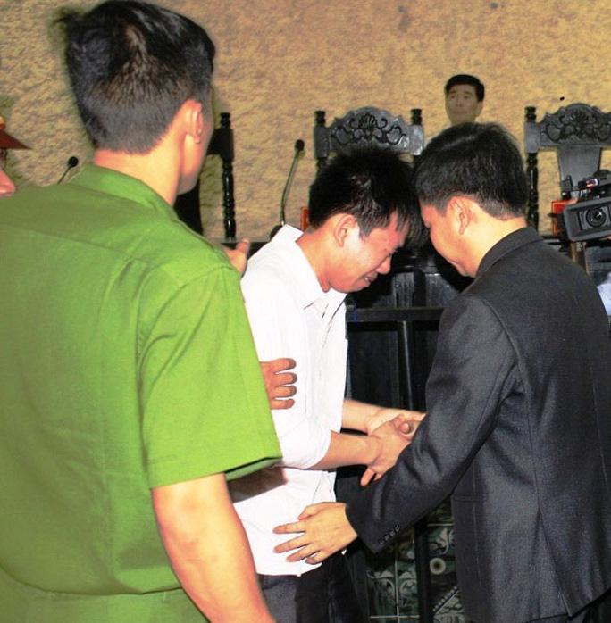 Bị cáo Vũ Phan Điền (giữa) bật khóc tại tòa sau khi được tuyên vô tội tại phiên xử lần 3 ngày 17-4 của TAND tỉnh Ninh Bình