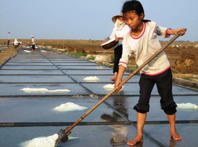Nhân công tại các cánh đồng muối ở Thanh Hóa đa số là người già và trẻ em  Ảnh: TUẤN MINH
