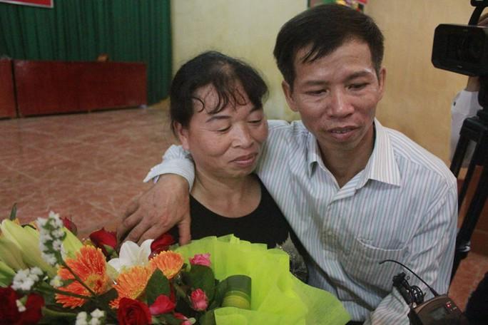 Ông Nguyễn Thanh Chấn đoàn tụ gia đình sau khi được minh oan