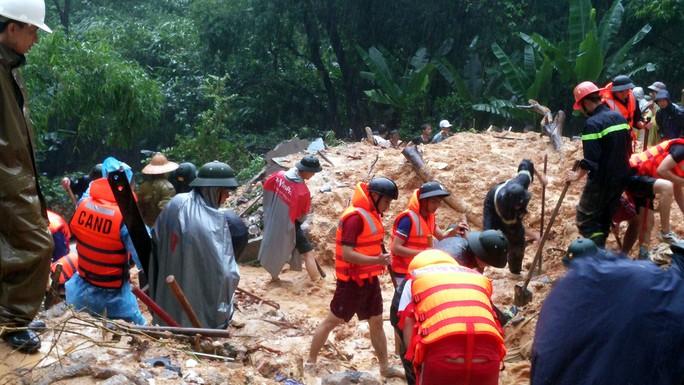 Lực lượng cứu hộ tìm kiếm 9 người trong một gia đình bị vùi lấp vào sáng 28-7 tại phường Cao Thắng,  TP Hạ Long, tỉnh Quảng Ninh