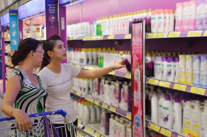 Người dân chọn mua mỹ phẩm tại một siêu thị tại TP HCM. (Ảnh chỉ có tính minh họa)Ảnh: TẤN THẠNH