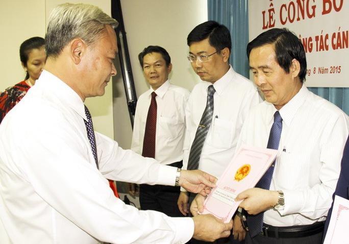 Đồng chí Nguyễn Phú Cường được sự ủy nhiệm của Chủ tịch UBND tỉnh Đinh Quốc Thái trao quyết định bổ nhiệm.