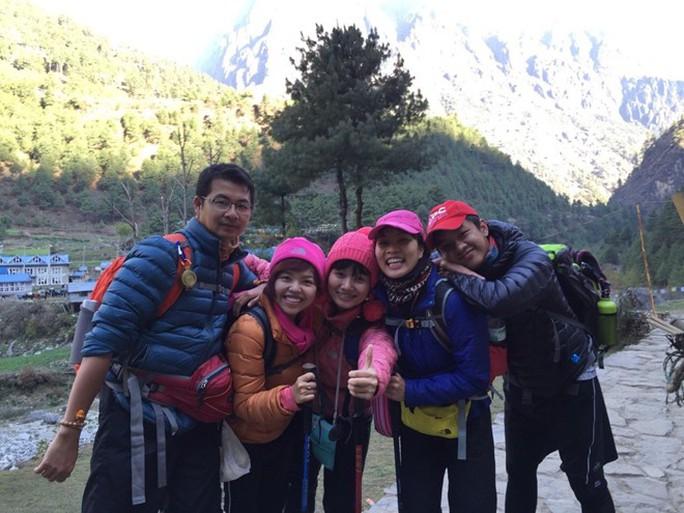 5 người Việt chụp ảnh tại Nepal hôm 23-4. Ảnh do gia đình chị Diễm Chi cung cấp. Hiện nhóm đã rời núi Dingboche cao 4.410 m đến đỉnh Namche cao 3.440 m. JPG