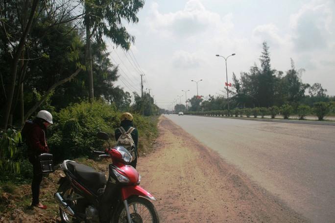 Hành khách ở Quảng Nam đi các tuyến đường ngắn rất khó đón được xe  Ảnh: QUANG VINH