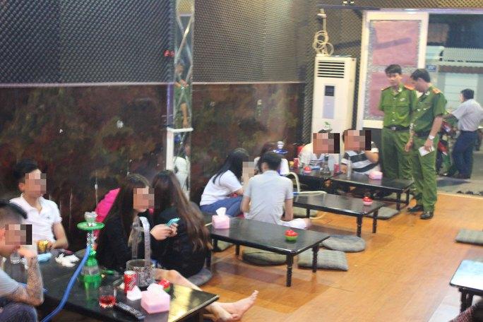 Công an tỉnh Bà Rịa - Vũng Tàu kiểm tra một quán cà phê có bán shisha Ảnh: NGỌC GIANG