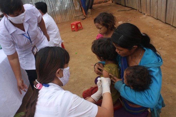 Tiêm vắc-xin cho người dân vùng dịch bạch hầu