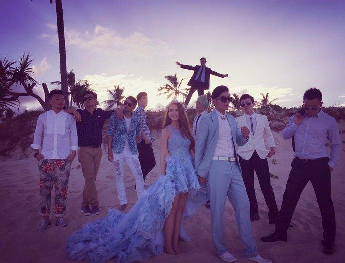 Sau khi đãi tiệc cùng bạn bè dạo biển chụp ảnh