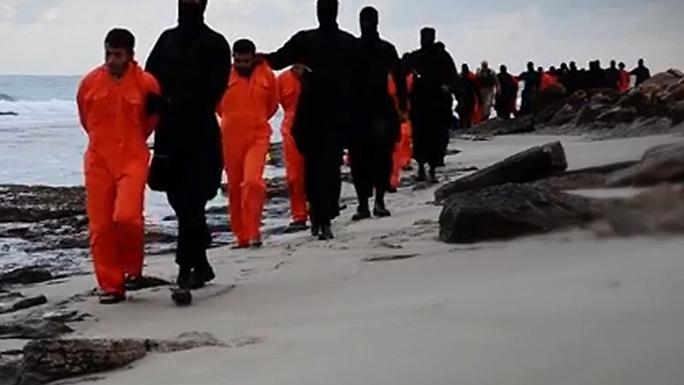 IS thường thực hiện lệnh hành quyết tập thể những binh sĩ phía đối lập. Ảnh cắt từ video clip những vụ hành quyết trước