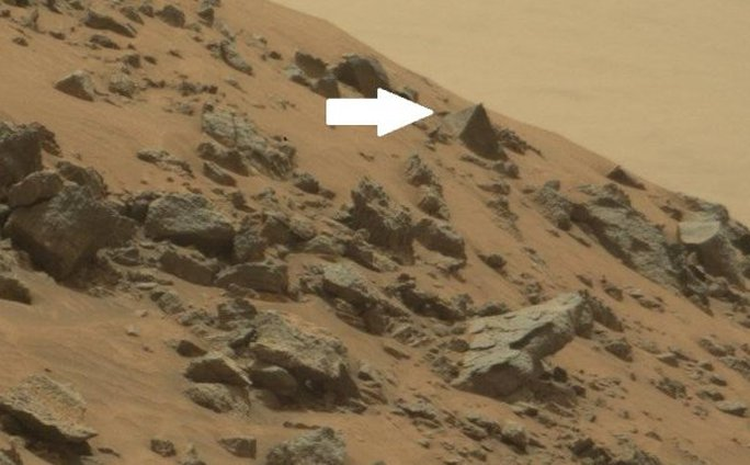 Hòn đá có hình dạng giống kim tự tháp trên sao Hỏa