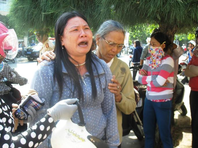 Bà Ngô Thị Tuyết (chị Ngô Thanh Kiều) ra trước cổng TAND tỉnh Phú Yên gào khóc phản đối mức án do TAND tỉnh này vừa tuyên