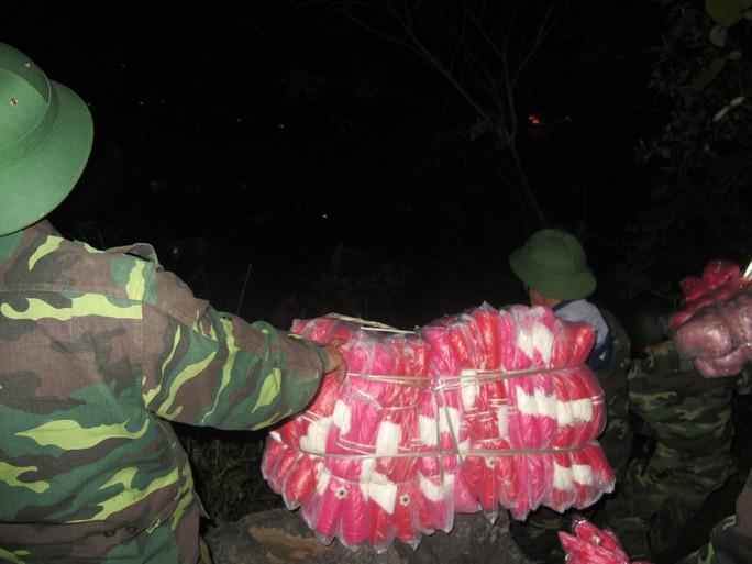 Hàng lậu bị thu giữ và vận chuyển về Đồn biên phòng Tân Thanh