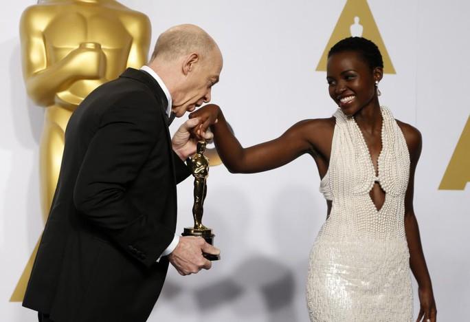 J.K. Simmons, chiến thắng hạng mục Nam diễn viên phụ xuất sắc nhất đã hôn lên tay của Lupita Nyongo sau khi nhận tượng vàng