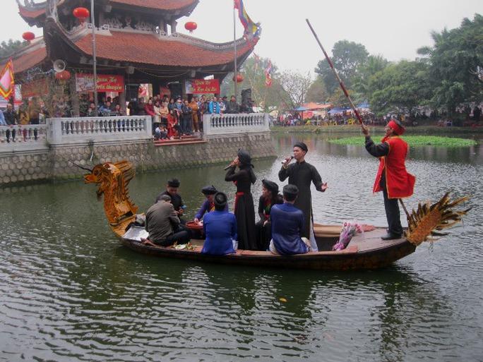 Tại khu vực thủy đình, những liền anh, liền chị đang biểu diễn dưới thuyền