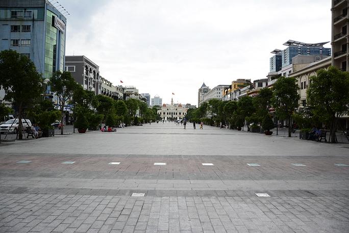 Dạo hai bên hành lang quảng trường đi bộ Nguyễn Huệ lắp đặt 20 ghế gỗ. Ảnh: Thăng Bình