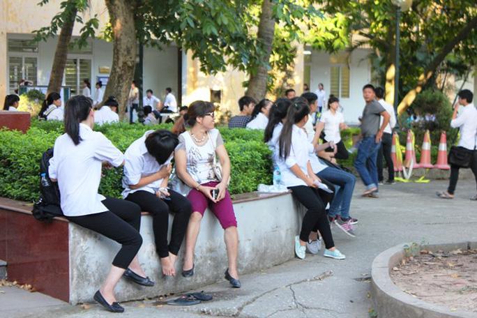 6 giờ 30, trong khuôn viên trường đã rất đông các sĩ tử