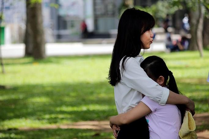 Em bé vừa ôm chặt chị gái vừa khóc nức nở một hồi lâu