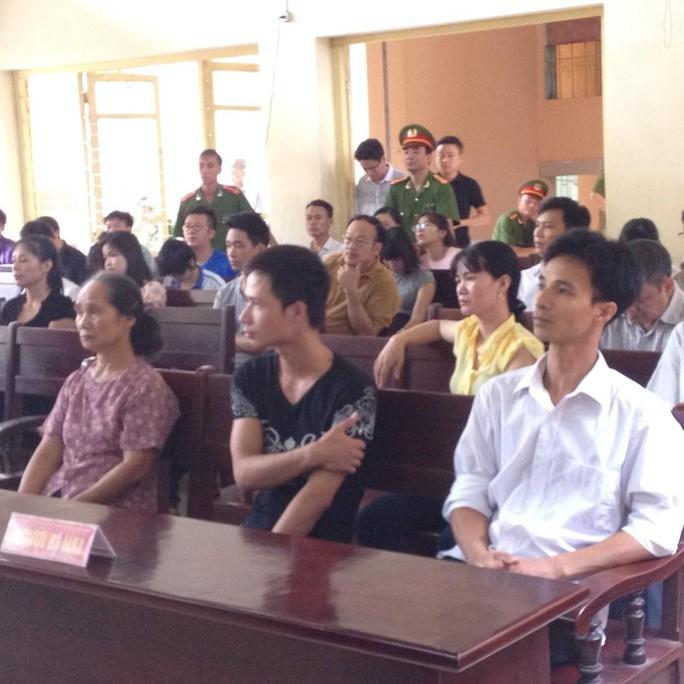 Bà Hoàng Thị Hội (mẹ đẻ của nạn nhân Nguyễn Thị Hoan) và Nguyễn Văn Tiến (con trai của nạn nhân - áo đen) có mặt tại phiên toà