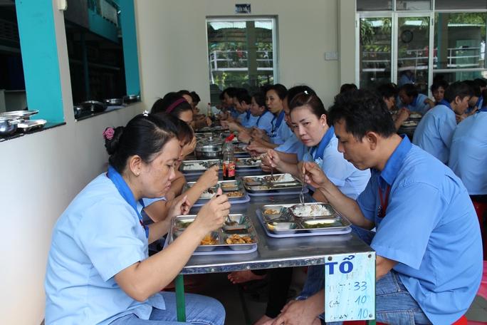 Bữa ăn của công nhân Công ty CP Sản xuất Thương mại Sài Gòn được chăm chút hằng ngày Ảnh: HỒNG ĐÀO