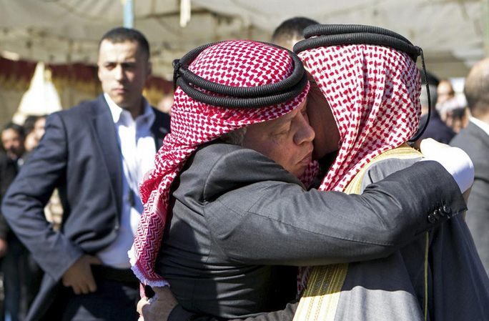 Quốc vương Jordan an ủi cha của phi công Kasaesbeh. Ảnh: Reuters