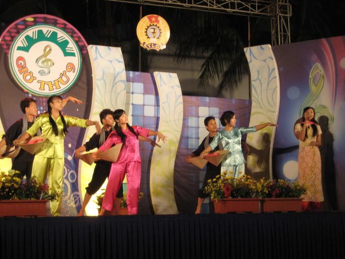 """Công nhân tham gia biểu diễn trong chương trình """"Giờ thứ 9"""" tại KCX Linh Trung 1"""