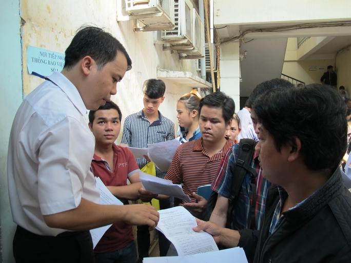 Cán bộ Trung tâm Dịch vụ Việc làm TP HCM tư vấn quy định đăng ký hưởng trợ cấp thất nghiệp cho người lao động vào sáng 10-3