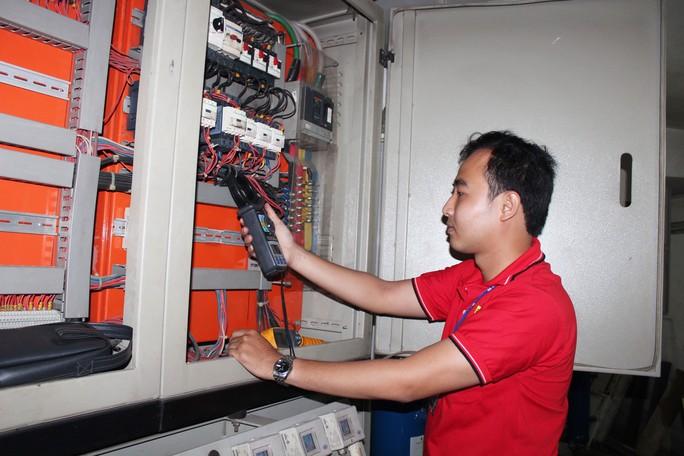 Anh Trần Văn Thạnh, trợ lý của trưởng Bộ phận Kỹ thuật siêu thị Big C Gò Vấp, đang bảo trì hệ thống điện
