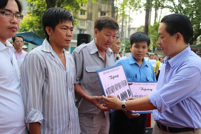 Ông Kiều Ngọc Vũ, Phó Chủ tịch LĐLĐ TP HCM, trao sổ tiết kiệm cho CNVC-LĐ  bị bệnh hiểm nghèo tại quận 5, TP HCM