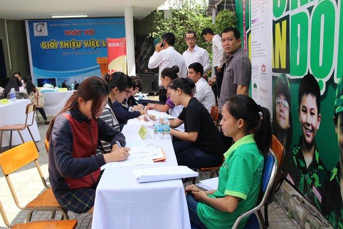 Ứng viên đến tìm việc tại Ngày hội Giới thiệu việc làm do LĐLĐ quận 1, TP HCM tổ chức