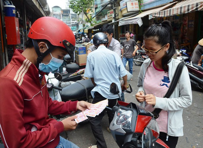 Em Nguyễn Thị Thi Đình bán vé số phụ giúp gia đình sau giờ học