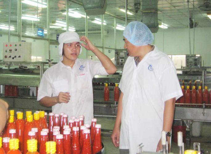 Anh Huỳnh Đại Trí (bìa phải) - Giám đốc Xưởng Cơ khí - Bảo trì, Chủ tịch Công đoàn Công ty CP Thực phẩm Cholimex - luôn sát cánh với anh em công nhân  Ảnh: THANH NGA