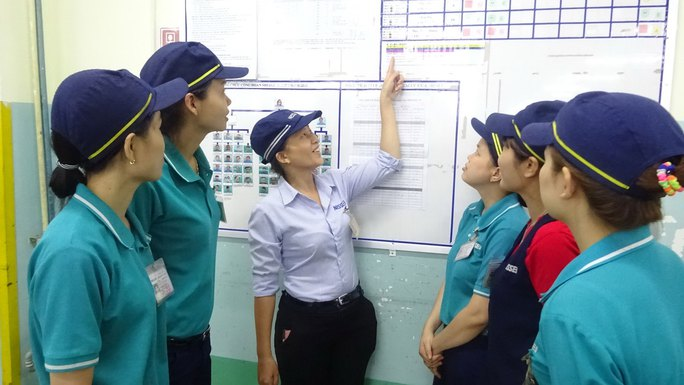 Chị Trần Thị Hồng Vân (giữa) hướng dẫn các công nhân trong nhóm sản xuất