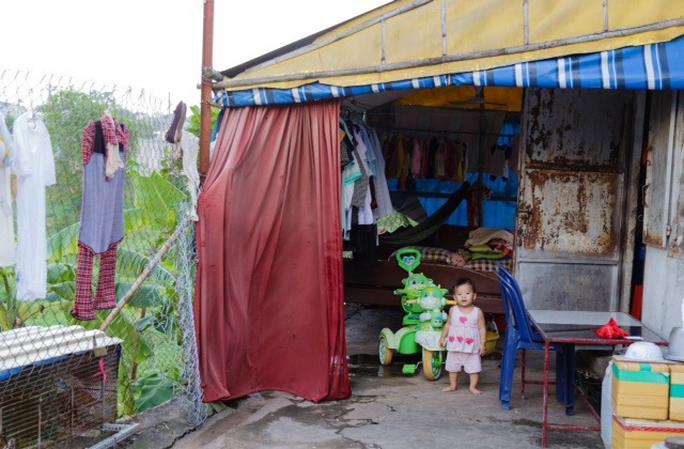 Con công nhân phải sống cùng cha mẹ trong những căn nhà trọ tồi tàn