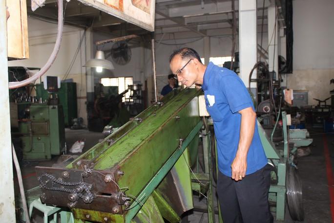 Anh Quách Vũ Bảo Châu kiểm tra máy lựa ốc vít