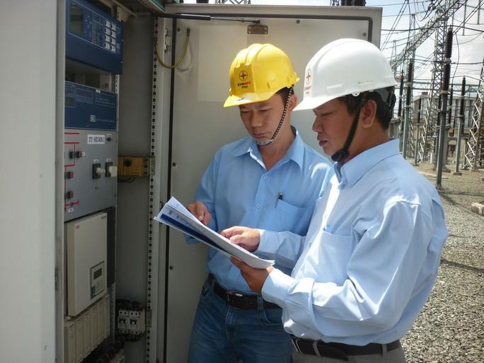 Anh Ngô Mạnh Trung (bên phải) làm việc cùng đồng nghiệp Ảnh: THANH NGA
