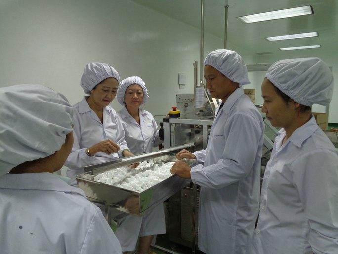 Anh Trương Quốc Hùng (thứ hai bên phải), hướng dẫn quy trình thao tác chuẩn vận hành máy cho công nhân