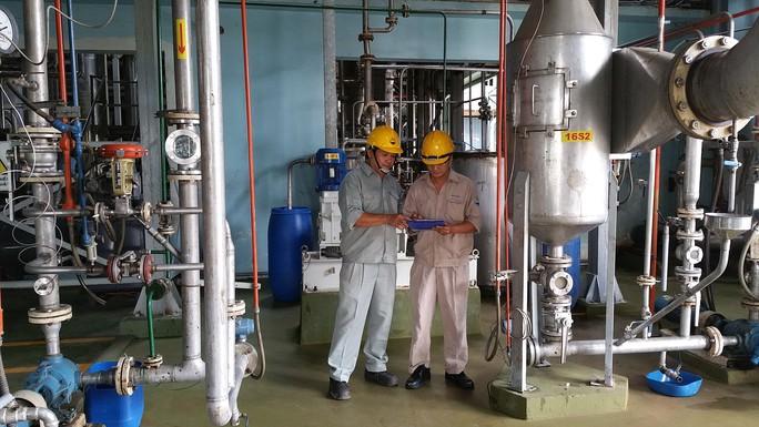 Gần gũi với công nhân là tác phong của anh Dương Minh Cường (trái), Quản đốc Nhà máy ABS - Bình Dương, thuộc Công ty CP Tico