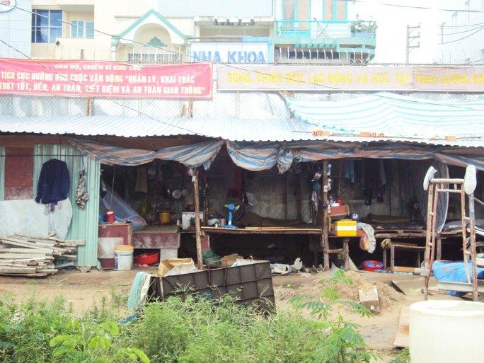 Lán trại tạm bợ của công nhân xây dựng tại quận Gò Vấp, TP HCM