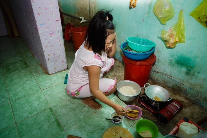 Dù sắp sinh nở, bữa ăn chiều của nữ công nhân Nguyễn Thị Giàu chỉ có cơm nguội, nước tương và một ít đồ chay mua với giá 7.000 đồng!