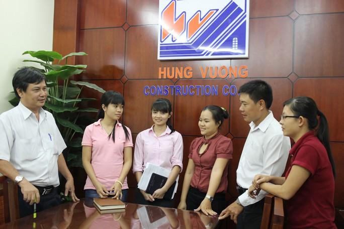 Anh Nguyễn Địch Huy (bìa trái) trao đổi cùng đoàn viên về các hoạt động tại công ty