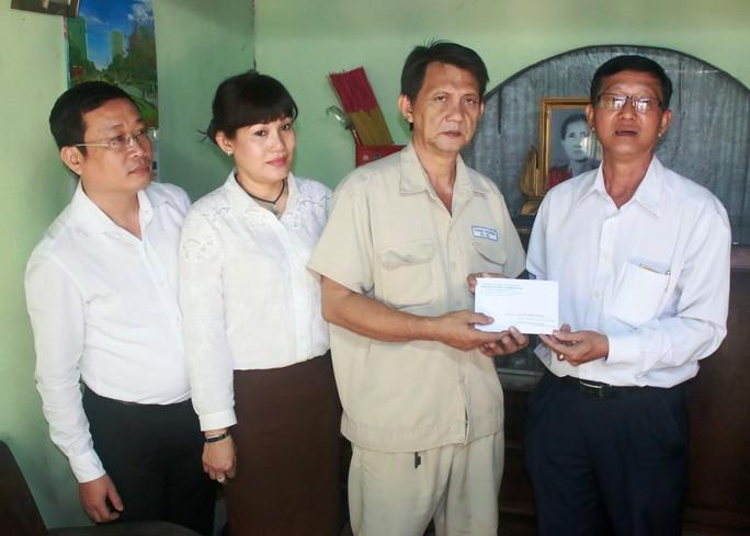 Ông Trần Văn Thành, Chủ tịch Công đoàn SAWACO (bìa phải), trao tiền hỗ trợ cho công nhân bệnh hiểm nghèo