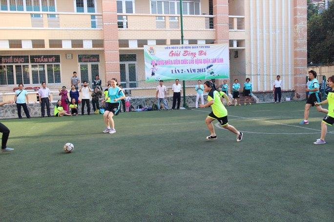Các nữ cầu thủ tranh tài quyết liệt tại Giải Bóng đá nữ CNVC-LĐ do LĐLĐ quận Tân Bình, TP HCM tổ chức Ảnh: NGÂN HÀ